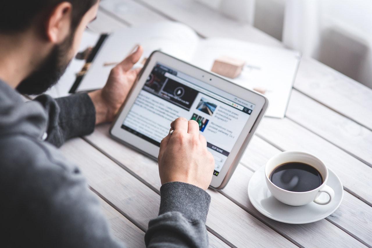 man reading online press release - SEO tips